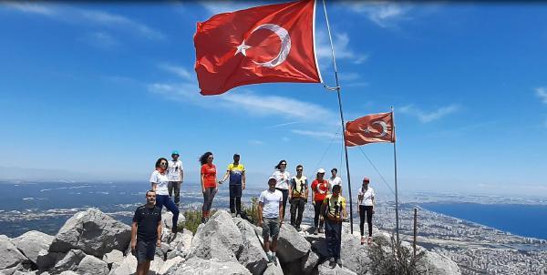 Zirvede yıpranan bayrağı değiştirip, 19 Mayıs'ı kutladılar