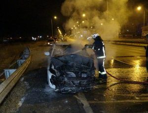 Alkollü sürücünün patlak lastikle kullandığı otomobil alev alev yandı
