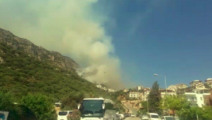 Antalya'da 3 mahallede çıkan yangında 55 dönüm alan küle döndü