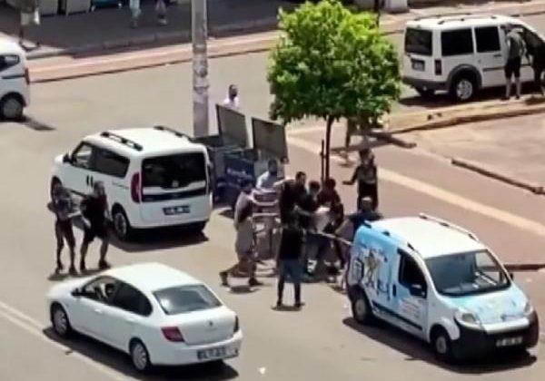 Antalya'da cadde ortasında sopalı kavga