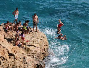 Antalya'da gençlerden ölüme davetiye çıkaran ters takla sırası