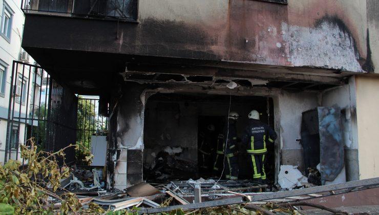 Antalya'da giriş kattaki daire alev topuna döndü: 1 yaralı