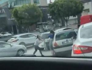 Antalya'da iki kadının, trafikteki saç başa kavgası kamerada