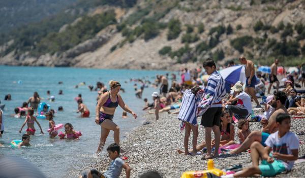 Antalya'da mesire alanları ve sahillerde yoğunluk