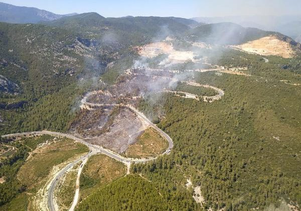 Antalya'da orman yangını çıktı, kara yolu ulaşıma kapatıldı (2)
