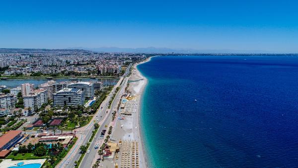 Antalya'da rüzgar etkili oldu, sahilde yoğunluk yaşanmadı