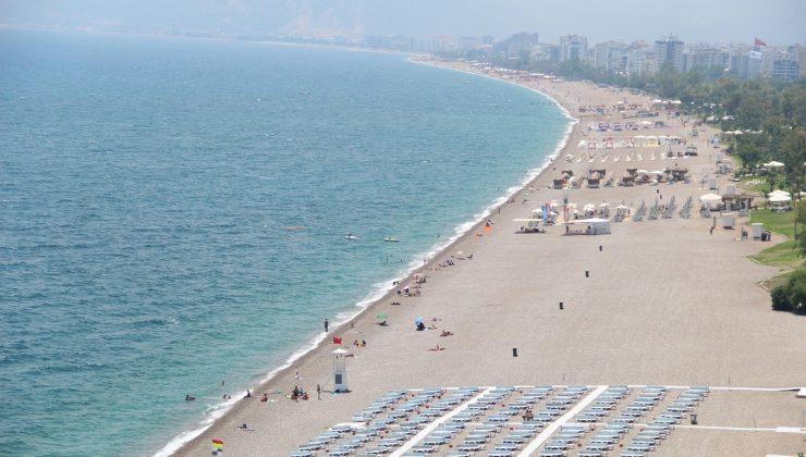 Antalya'da sahillerde turist yoğunluğu
