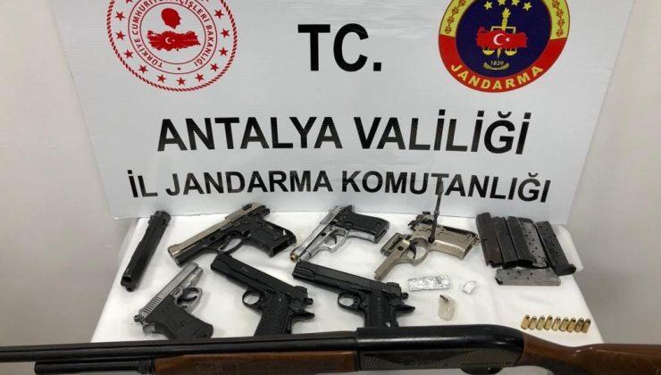 Antalya'da silah ticareti yapan 4 şüpheli tutuklandı