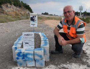 Aracın çarptığı köpeği için mezar yaptı, ölüm nedeni 'Maganda kurbanı' diye yazdı