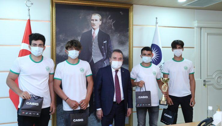Başkan Böcek'den raftingcilerde  ekipman desteği