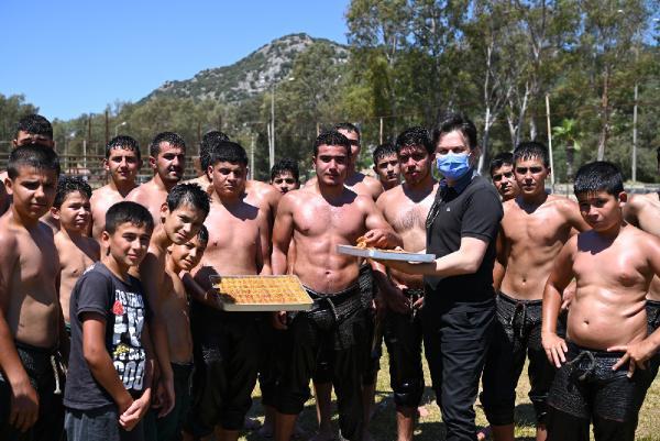 Başkandan genç güreşçilere baklava