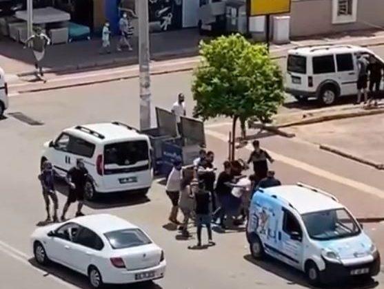 Cadde ortasında yumruklu sopalı kavga