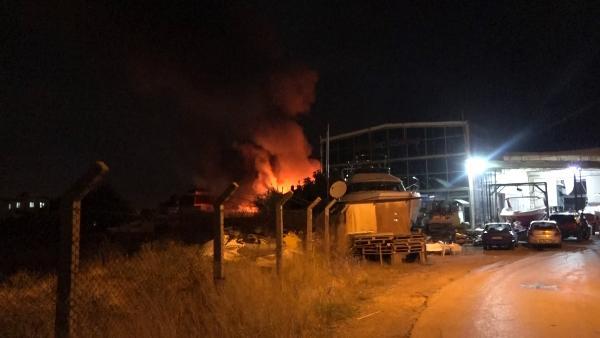 Cam üretimi ve satışı yapılan depoda çıkan yangın korkuttu