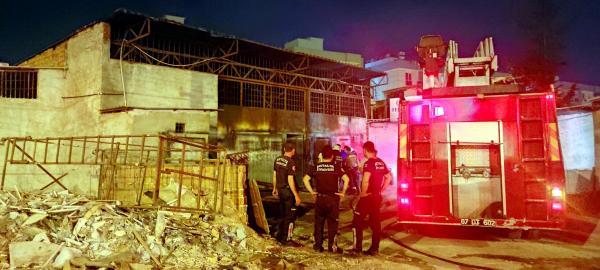 Demirci dükkanı yangında hasar gördü