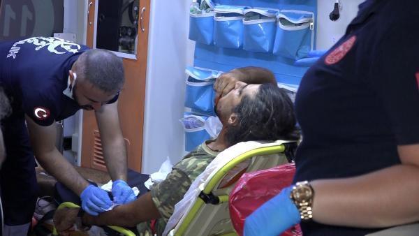 Denizi kirletme yüzünden tartıştığı 2 kişiyi boğazından falçatayla yaraladı