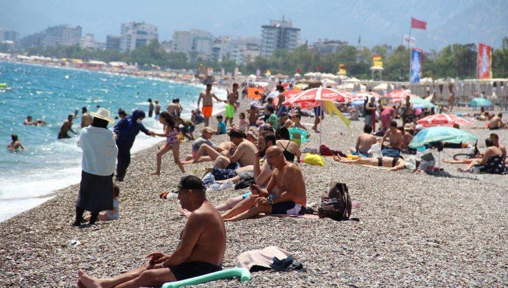 Dünyaca ünlü Konyaaltı Sahili'nde hafta içi yoğunluğu