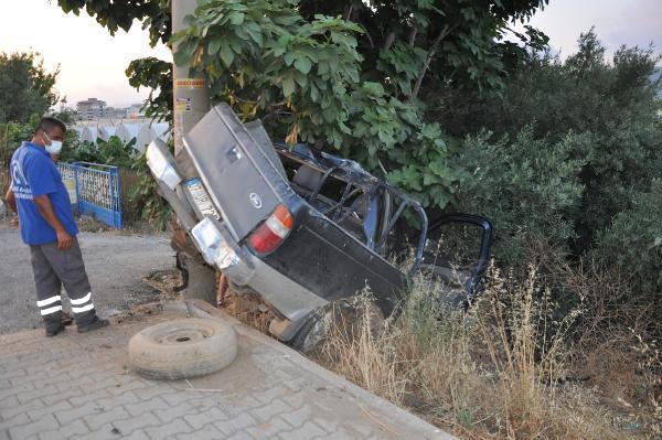 Gazipaşa'da kamyonet direğe çarptı: 2 yaralı