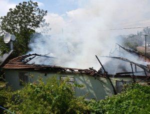 Gecekonduda yangın çıktı, yaşlı kadını komşusu kurtardı
