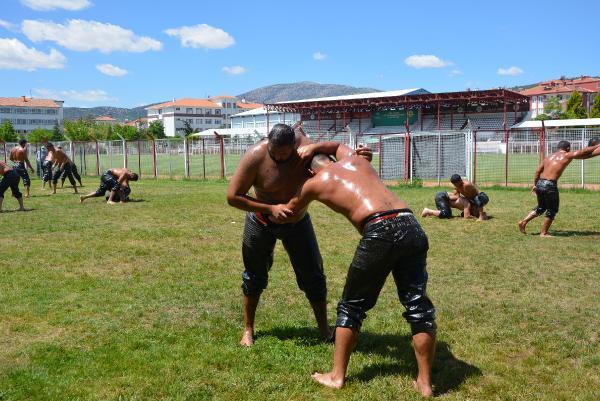 Güreşçiler yağlı antrenmanda