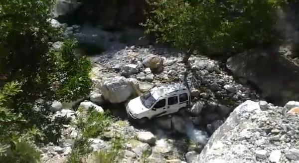Hafif ticari araç uçurumdan yuvarlandı: 1 ölü, 1 yaralı