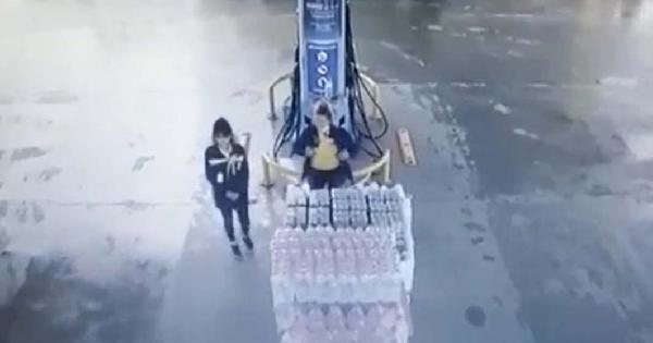 Kamyonet akaryakıt istasyonuna daldı, 2 kadın çalışan kıl payı kurtuldu