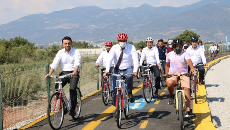 Kaş'ta kapalı pazar yeri ve bisiklet yolu hizmete açıldı