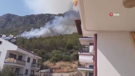 Kaş'ta yerleşim yerlerine yakın noktada orman yangını. Ekipler havadan ve karadan müdahale ediyor