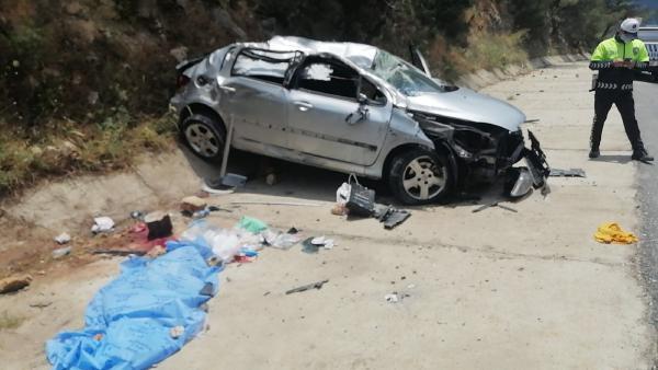 Kayalıklara çarpan araçtan fırlayan Emre öldü, 4 kişi yaralandı