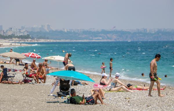Kısıtlamadan muaf turistlerin deniz keyfi