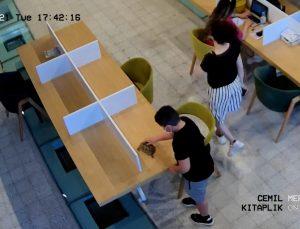 Kitap okumak için geldiği kütüphaneye, kaplumbağasını getirdi