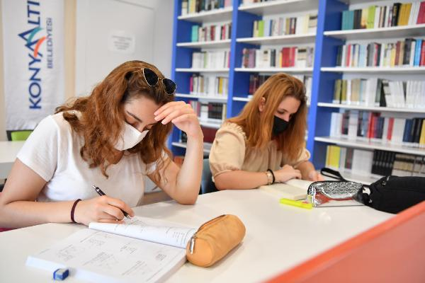Konyaaltı Belediyesi Kütüphanesi'ne yoğun ilgi