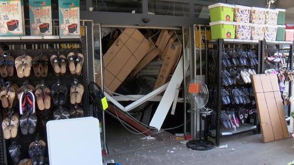 Mağazada asma tavan çöktü, müşteriler dışarı koştu
