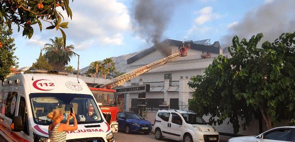 Otelde yangın çıktı; turistler itfaiye merdiveniyle kurtarıldı