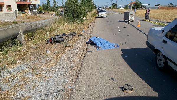 Otomobille çarpışan motosiklet sürücüsü öldü, 1 kişi yaralandı