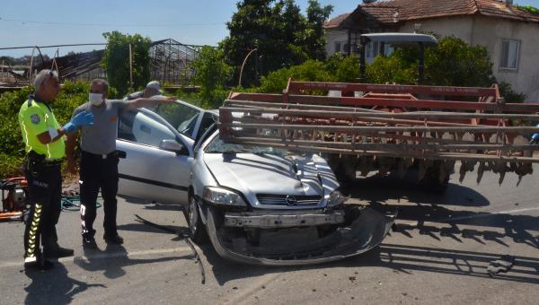 Otomobille traktör çarpıştı: 1 ölü, 2 yaralı