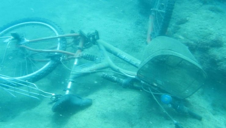 (Özel) Denizin dibinde bisiklet, akü, araba lastiği, şişeler, halı, tencere, çit teli bulundu