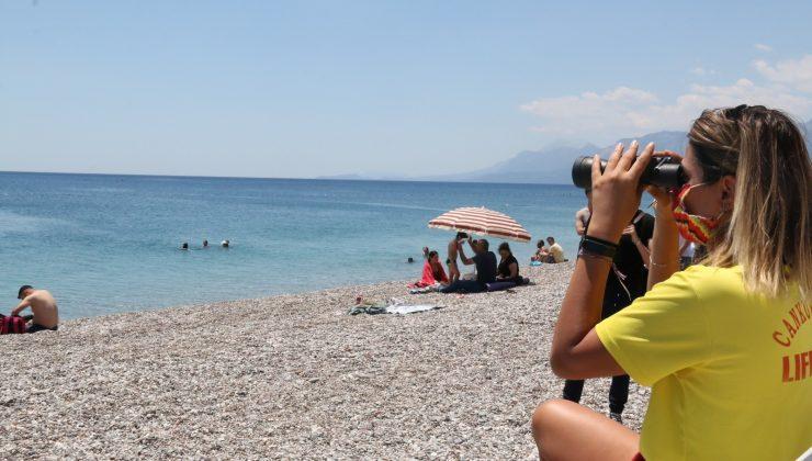 (Özel) Dünyaca ünlü sahilin tek kadın cankurtaranı vatandaşların su üzerindeki her adımını izliyor