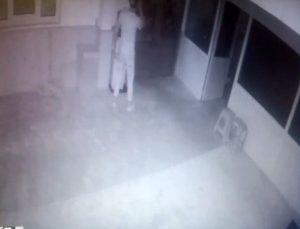 Pencereden girip ayakkabılarını çıkardıkları camide rahat tavırlarıyla pes dedirttiler