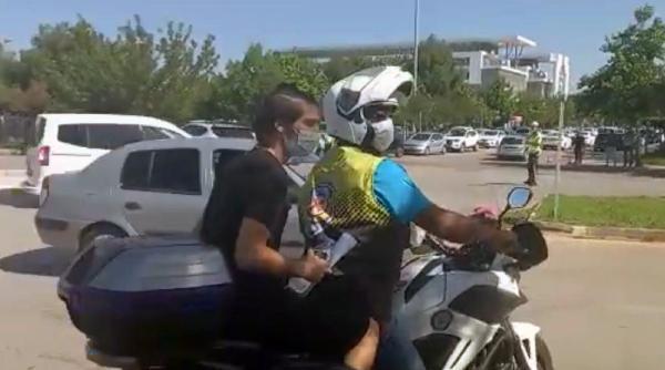 Polisler öğrenciyi sınava yetiştirip, aracın patlayan lastiğini değiştirdi