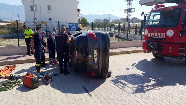 Refüje çarpıp devrilen otomobilin sürücüsü yaralandı