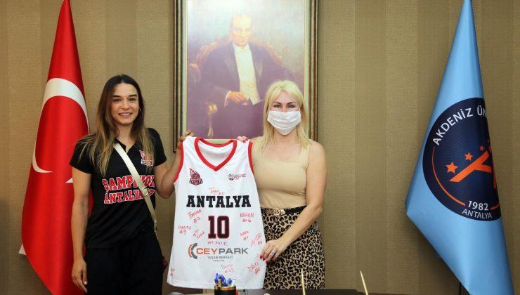 Rektör Özkan şampiyon kadın basketbolcuları ağırladı