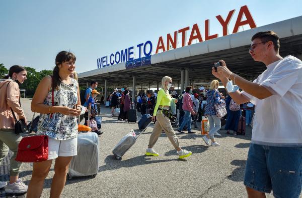 Rusya'dan turist taşıyan ilk uçak Antalya'da/ Ek fotoğraflar