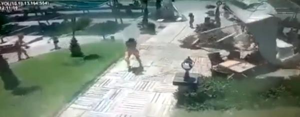 Rüzgarda havuz başındaki şemsiyeler uçtu, turistler kaçıştı