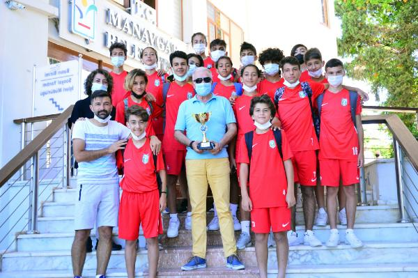 Şampiyon futbolcular Manavgat'a döndü