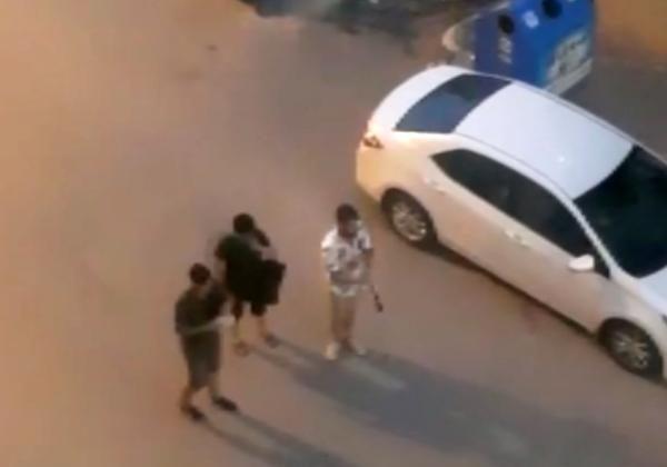 Sokak müzisyenlerinin köpeklerden kaçma anı kamerada