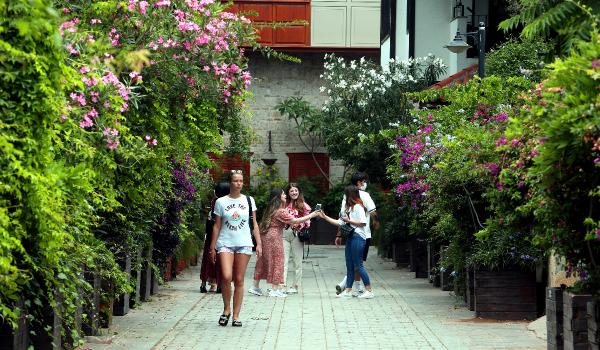 Tarihi sokaklara rengarenk çiçekler