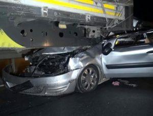 TIR'a arkadan çarpan ticari araç sürücüsü öldü