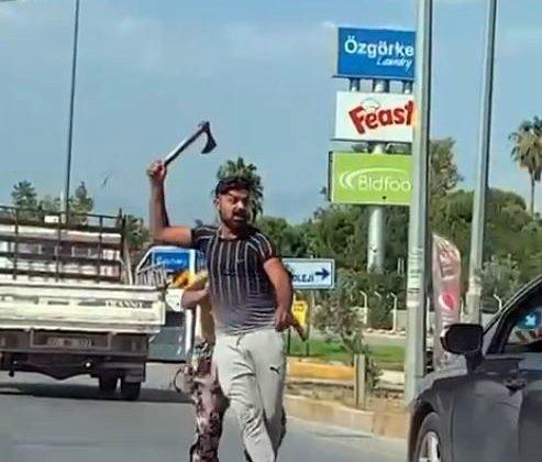 Trafikte tartıştığı kişiye elinde balta ile saldırmaya kalktı