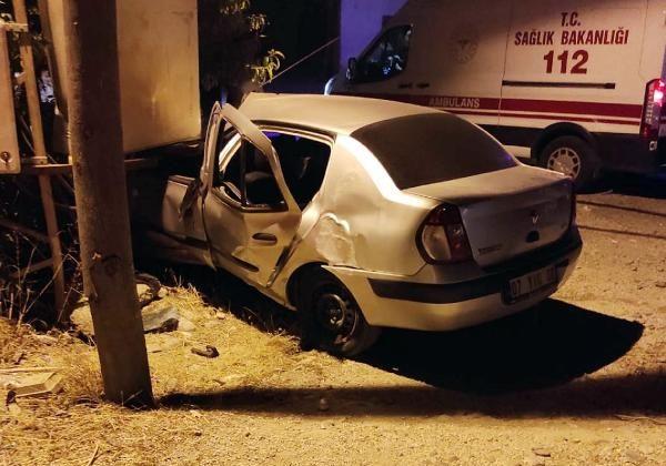 Trafoya çarpan otomobildeki 3 kişi yaralandı
