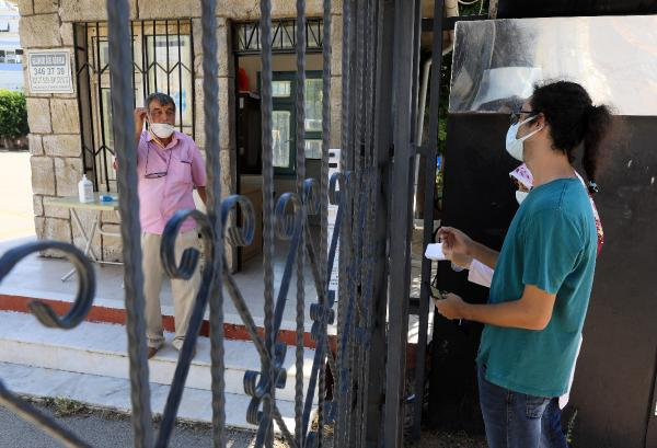 Vatandaşlar geç kalan öğrenciler için dil döktü, ancak zincirli kapılar açılmadı